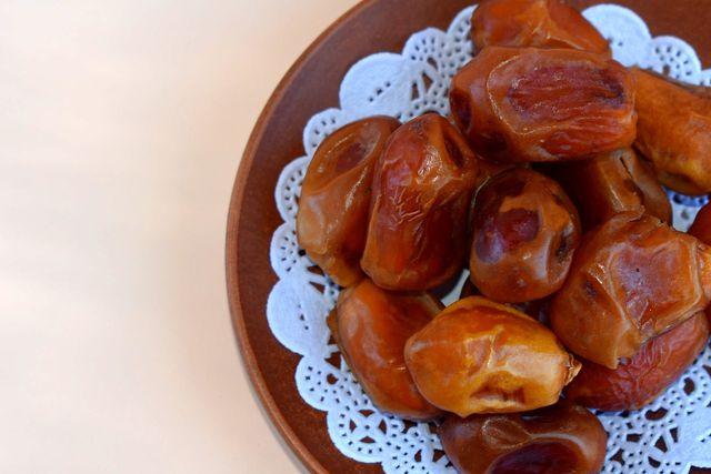 Mit Sesamöl und fruchtig süßen Datteln verleihst du deinem Sellerisalat einen exotischen Geschmack.