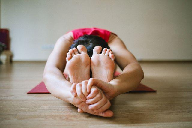 Mit einer tiefen Vorbeuge wie dieser kannst du die Muskeln, Bänder und Sehnen in deinen Beinen und Rücken gründlich dehnen.