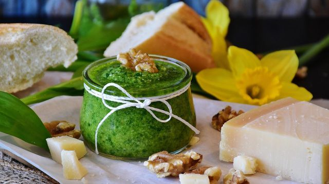 Auch aus Wunderlauch kannst du Pesto zubereiten.