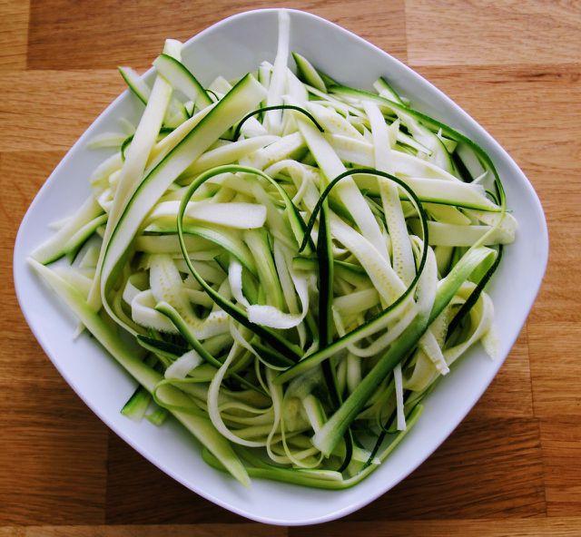 Gemüsepasta mir einem guten Küchenmesser herstellen.