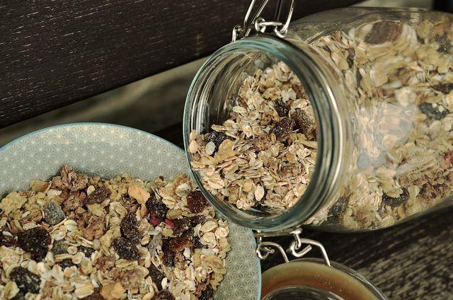 Dinkelflocken und Haferflocken sind beliebte Zutaten für Müsli.