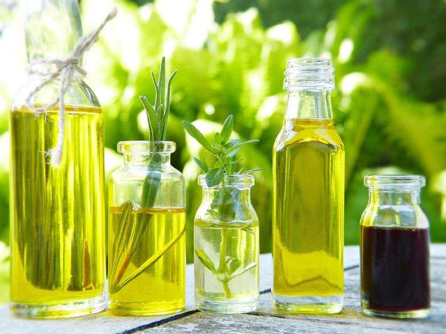 Zu den nachhaltigsten Bratölen gehören Raps-, Distel- und Sonnenblumenöl in Bio-Qualität.