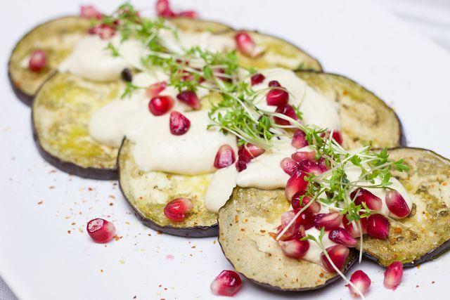 Auberginen zuzubereiten wirkt zunächst knifflig, bietet aber viele Möglichkeiten.
