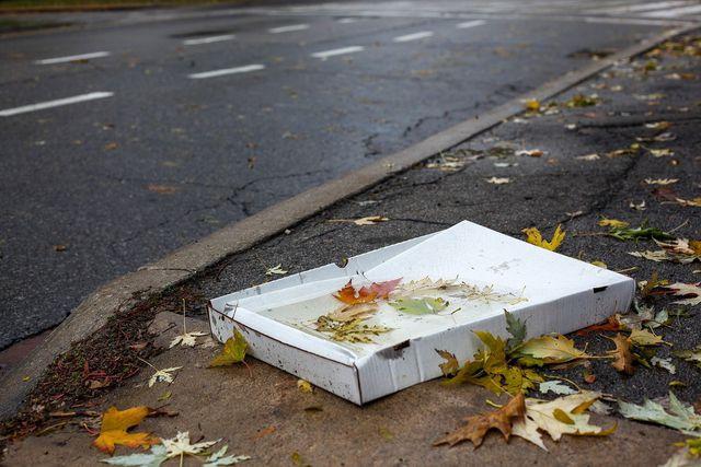 Verschmutzte Pizzakartons dürfen nicht im Papiermüll entsorgt werden.
