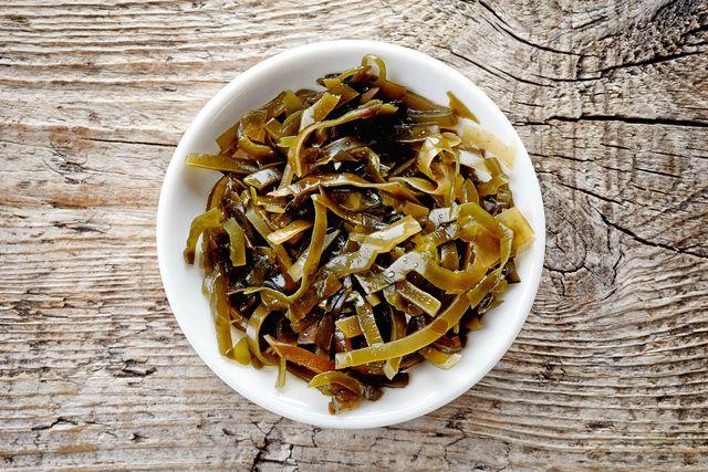 Agar Agar wird aus getrockneten Algen hergestellt.