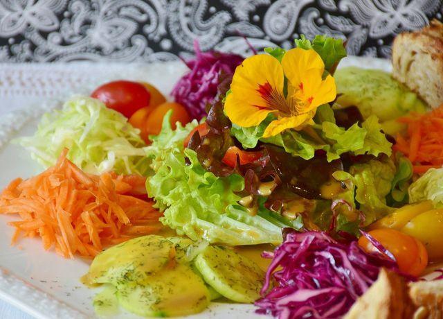 Zu viel Essig im Salatdressing? Natron, Salz oder Zucker können helfen.