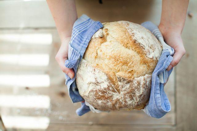 Taut dein Brot über Nacht auf, decke es mit einem Handtuch ab.