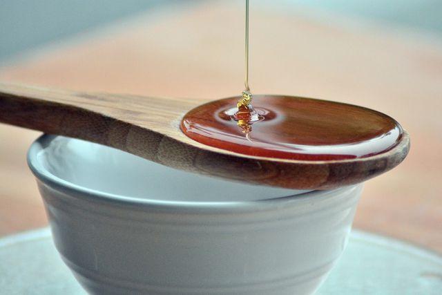 Honig schmeckt und verleiht dem Salatdressing eine sämige Konsistenz.