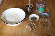 Dinkelbrot backen - die Zutaten: Mehl, Hefe, Wasser und Gewürze