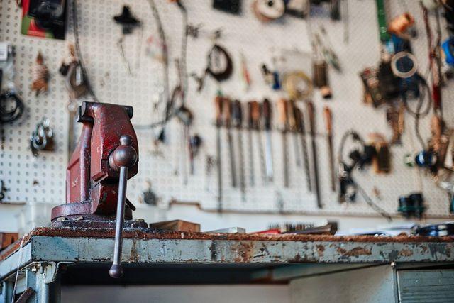 Ein Schraubstock hilft dir, das Holz beim Schleifen zu fixieren.