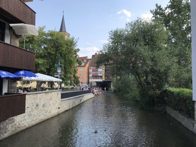 An der Krämerbrücke in Erfurt kannst du entspannen und deine Füße im Wasser abkühlen.