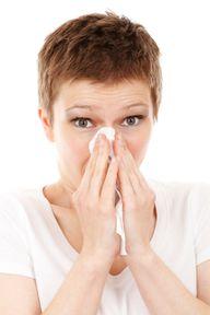 Kräftiges Naseputzen kann gegen Wasser im Ohr helfen