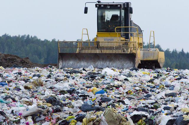 Müll trennen lohnt sich, sonst landet alles hier: auf der Mülldeponie