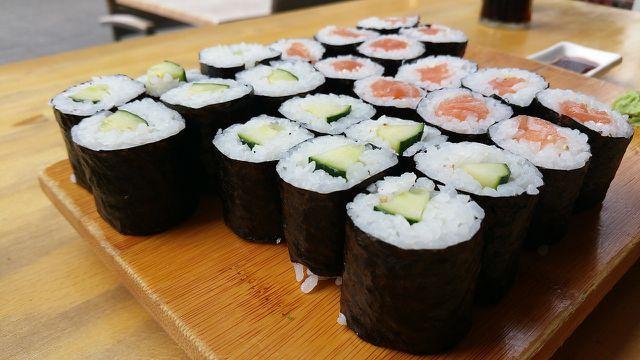 Sushi Hoso Maki ist die bekannteste Sushi-Art. Du kannst sie leicht selber machen.