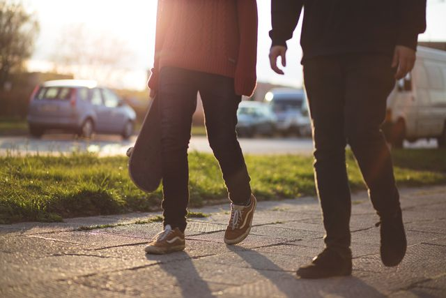 Auch zu Fuß gehen zählt schon als sportliche Bewegung.