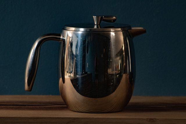 Wenn du Kaffee mit der French Press aufbrühst, sollte das Wasser nicht zu heiß sein.