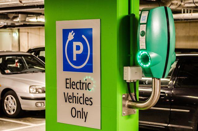 """Das Buch"""" Auf dem Weg zu einer Green Economy"""" befasst sich zum Beispiel mit Möglichkeiten umweltbewussten Fahrens."""