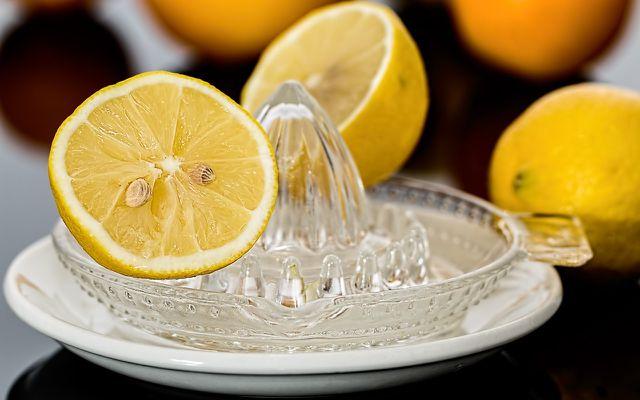 Zitronensaft kann schwierige Flecken im Backofen lösen.