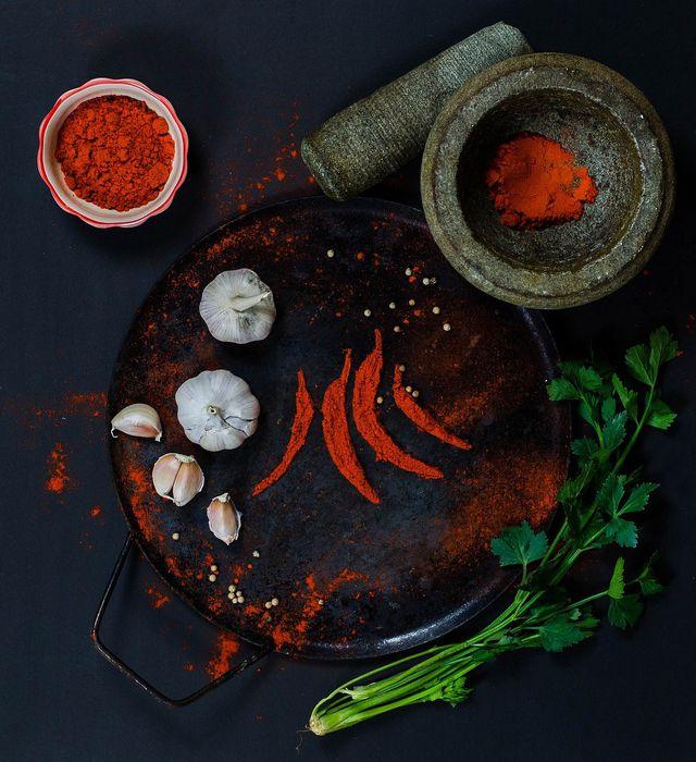 Du kanns deiner Chilisoße mit frischen Kräutern etwas Frische verleihen.