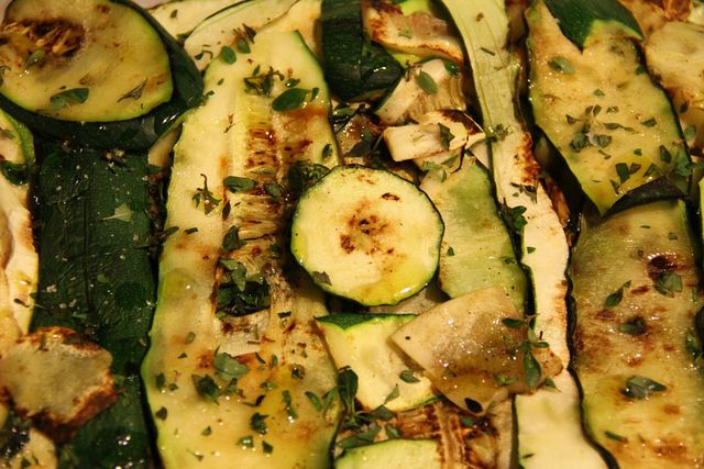 Gebratenee Zucchini mit Gewürzen.