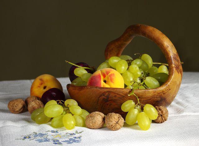 Pflaumen, Weintrauben und Walnüsse ergeben einen leckeren Obstsalat für die Herbstzeit.