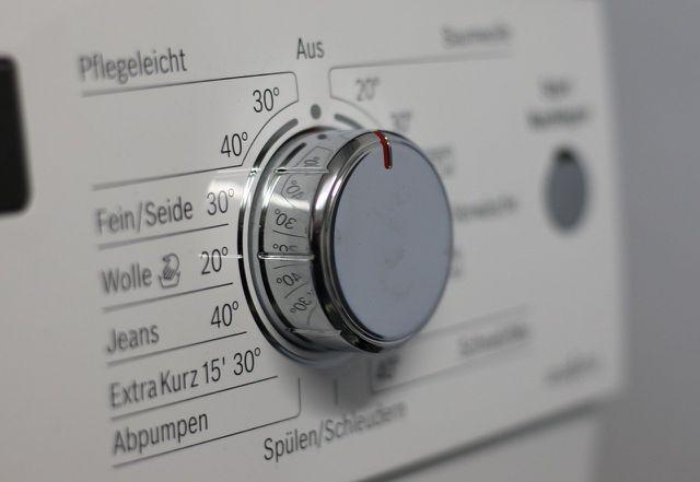 Wetbags aus Polyester und Baumwolle kannst du in der Waschmaschine reinigen. Bei Produkten aus Wolle solltest du auf Handwäsche zurückgreifen.