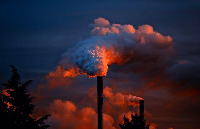 Naphthalin entsteht insbesondere bei industriellen Verbrennungsprozessen.