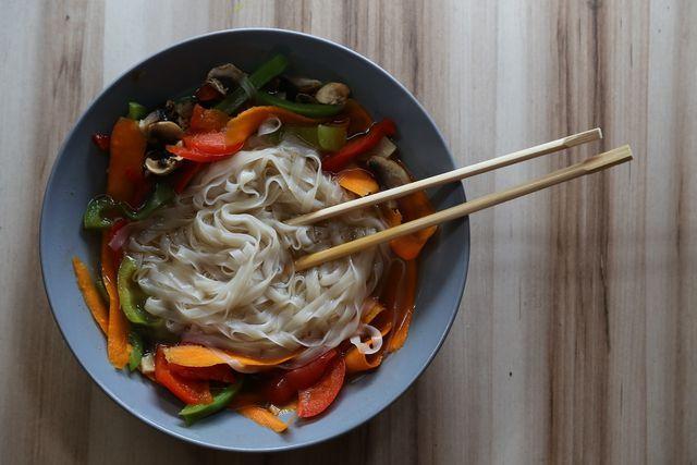 Traditionelle asiatische Suppe mit Nudeln und Gemüse.