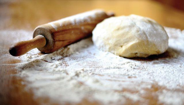 Yufka-Teig wird nach Rezept sehr dünn ausgerollt und dadurch besonders fein.