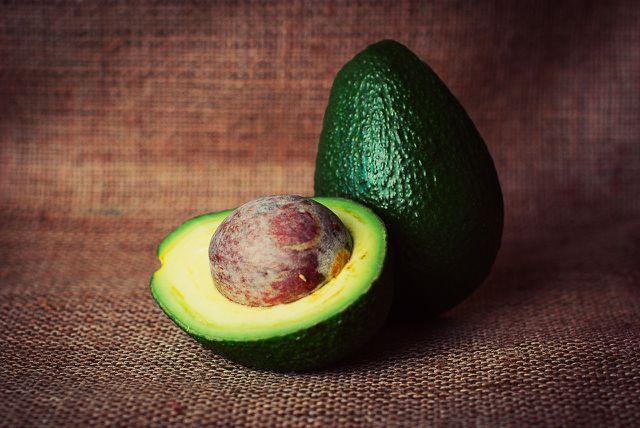 Dem Avocadokern werden sowohl äußerst positive Wirkungen als auch mögliche Gefahren nachgesagt.