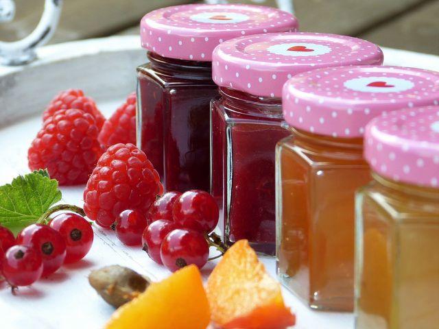 Zum Belegen und Bestreichen der Haferflocken-Pfannkuchen: Obst und Marmelade.