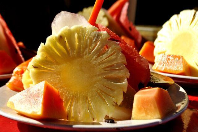 Obstsalat aus Ananas, Papaya und Wassermelone