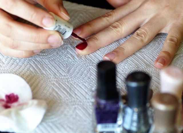 Fingernägel lackieren: Dafür brauchst du eine ruhige Hand.