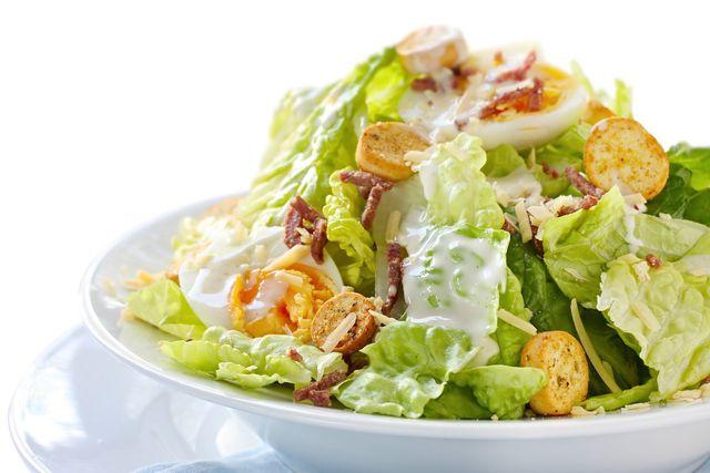 Grüner Salat ist ein milder Begleiter für deftige Zutaten.