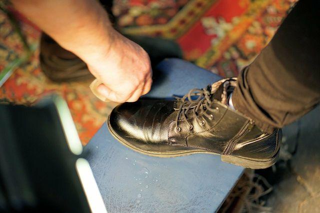 Eine Politur sorgt beim Schuheputzen für ordentlichen Glanz.