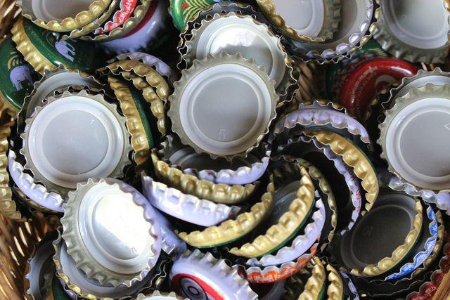 Größere Mengen Kronkorken kannst du bei einem Wertstoffhof abgeben oder zur Sammelstelle eines gemeinnützigen Projekts bringen.