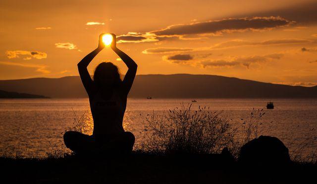Der Sonnengruß ist eine beliebte Praxis, um den Tag zu beginnen.