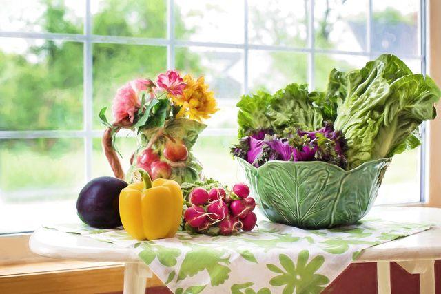 Vielfalt ist gesund: Gemischte Salate versorgen dich mit verschiedenen Vitaminen und Nährstoffen.