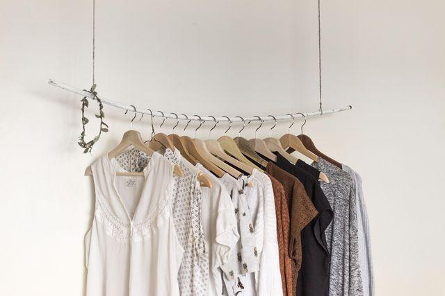 Aufgeräumter Kleiderschrank: Kledierbügel können helfen, dass Chaos zu beseitigen.