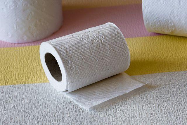 Normales Toilettenpapier löst sich in der Kanalisation auf - feuchtes nicht.