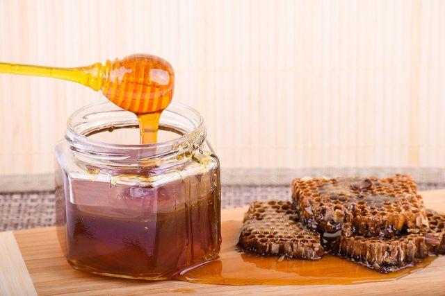 Die meisten Nährstoffe enthält Honig direkt aus der Wabe.