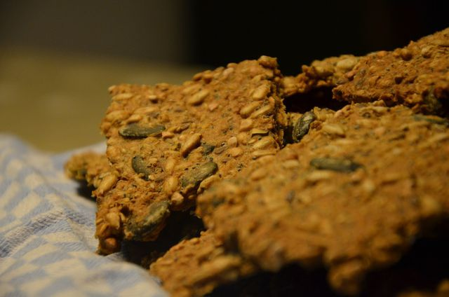 Knuspriges Knäckebrot ist reich an Vitalstoffen und Proteinen.