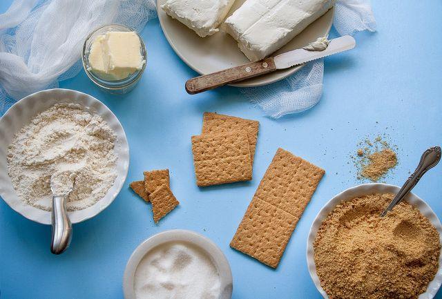 Der Teig für Cake Pops lässt sich auch aus Keksen und Frischkäse herstellen - ganz ohne Backen.
