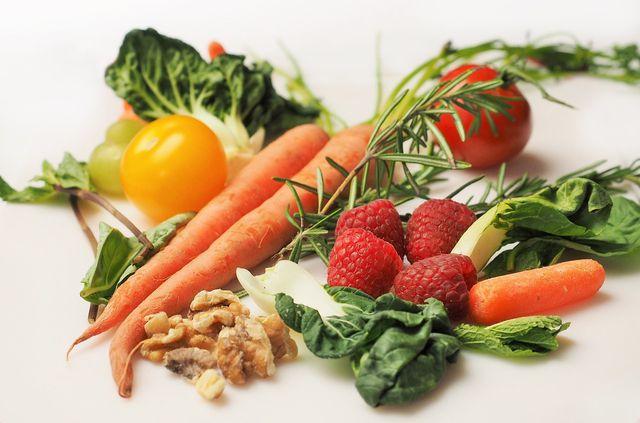 Eine gesunde Ernährung mit viel Gemüse und Obst ist auch ohne Zuckeraustauschstoffe zuckerarm.