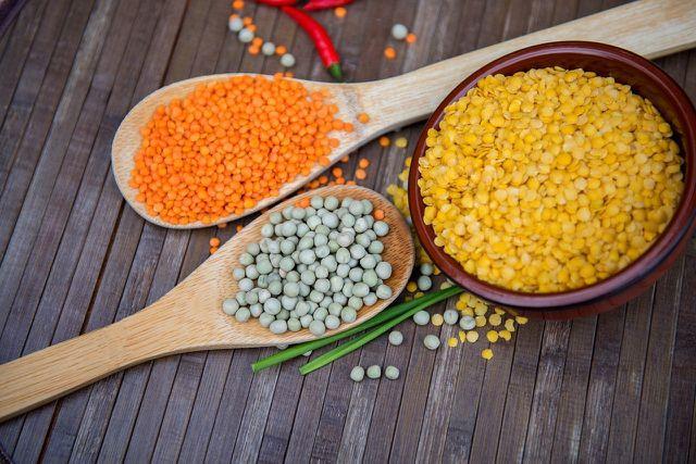 Gelbe Linsen und andere Hülsenfrüchte liefern wertvolle Vitamine und Mineralstoffe.
