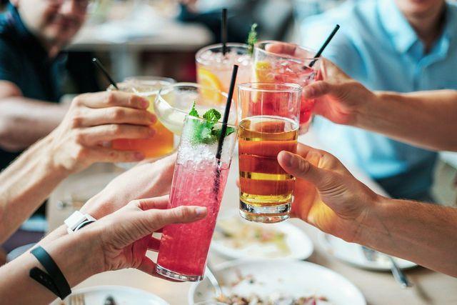 Alkohol kann zu einer belegten Zunge führen.