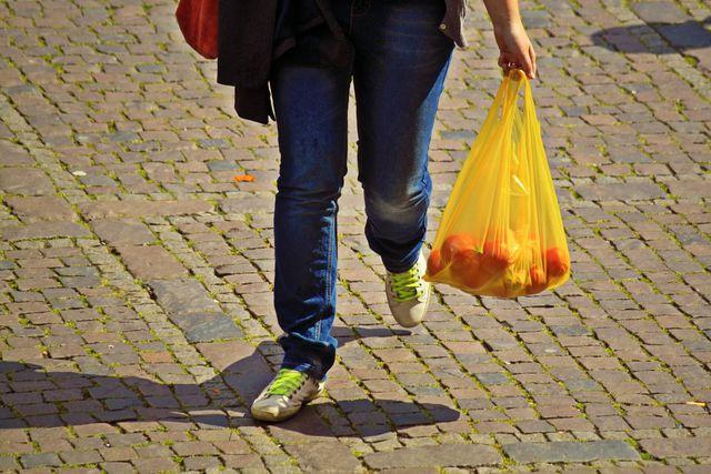Nachhaltig leben: Statt Plastiktüten lieber wiederverwendbare Stoffbeutel