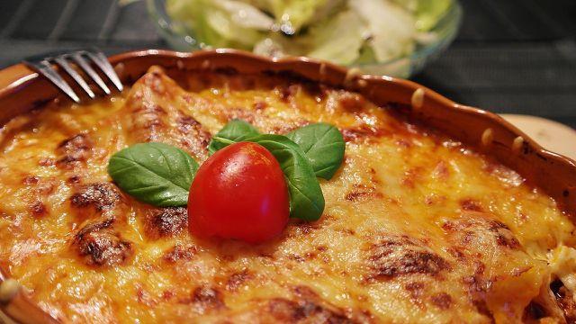 Koscher ist ein mit Käse überbackene Auflauf nur, wenn er nicht zusätzlich Fleisch enthält.
