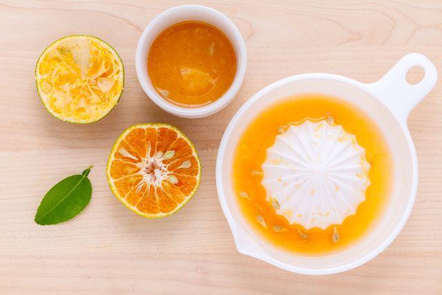 Bevor du die Orange auspresst, reibe die Schale ab. Sie gibt den Plätzchen ein intensives Aroma.