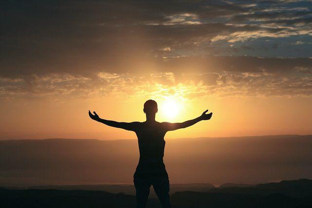 Warmes Licht am Morgen hilft Morgenmuffeln dabei, schneller wach und fokussierter zu werden.